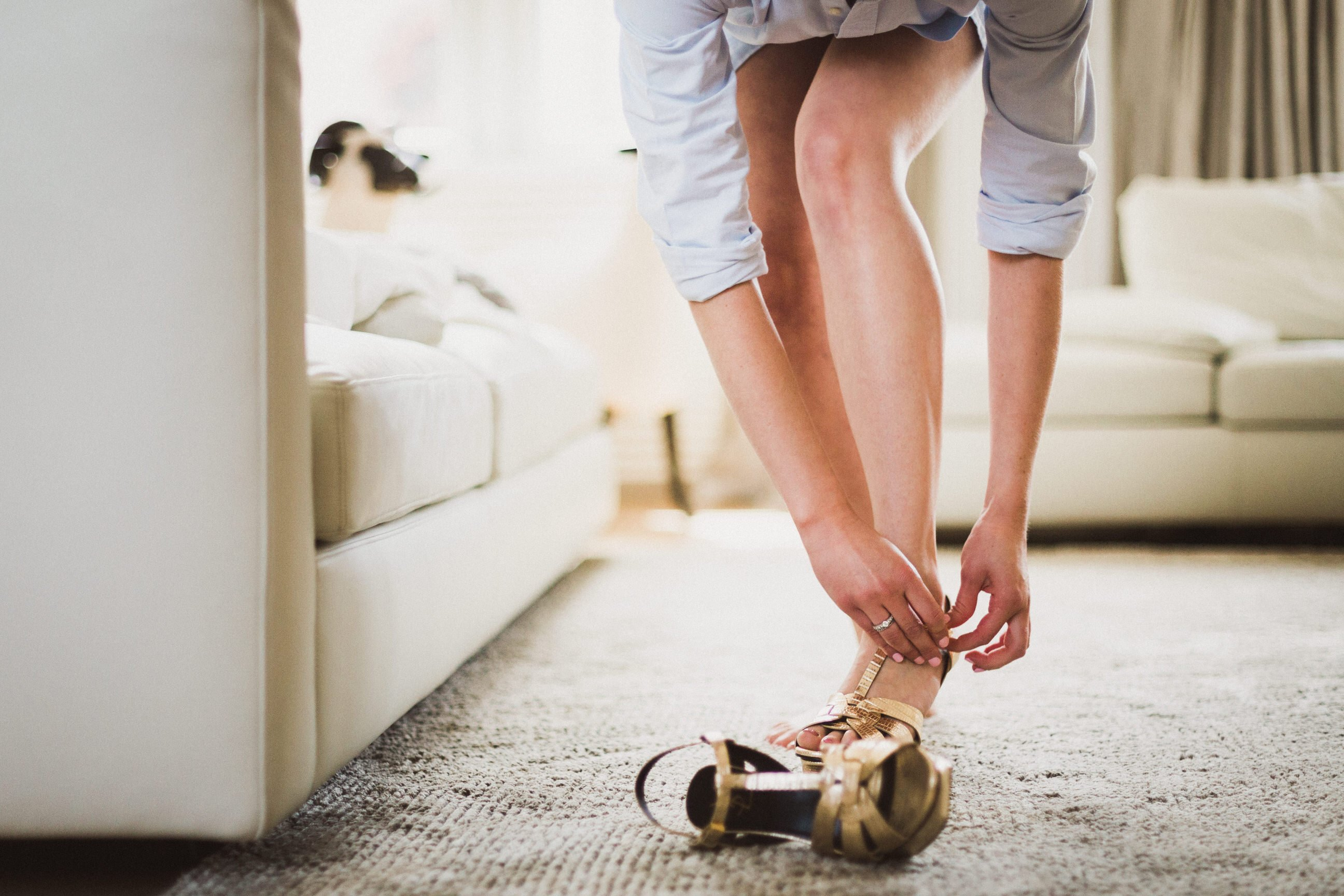 Sandales Yves Saint Laurent YSL gold préparatifs, jambes sublimes