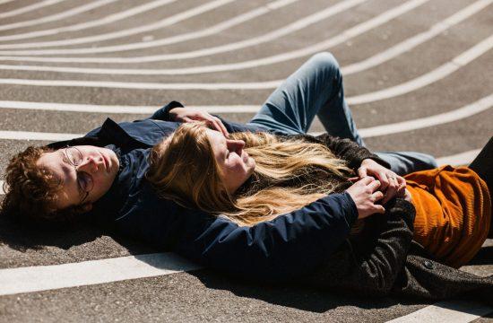 Couple amoureux allongé dans Superkilen